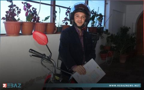 بعد 3 أعوام من تخرجه دون عمل.. دكتور بالاقتصاد يوزع طلبات الأغذية على دراجته